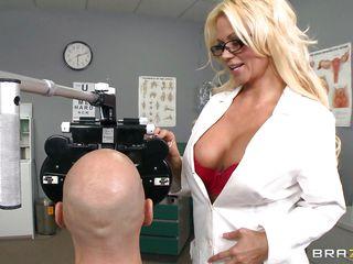 Доктор трахает девушку
